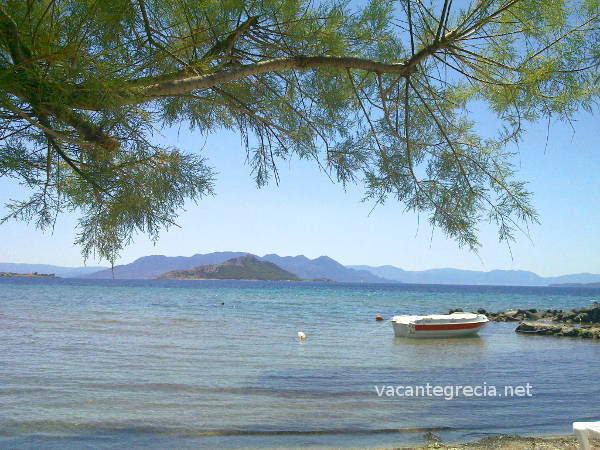 Vedere de pe o plaja din Marathonas. Se poate observa insula Moni.